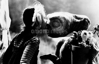 E.T., (aka E.T.: THE EXTRA-TERRESTRIAL), from left, Drew Barrymore, E.T., 1982, ©Universal Pictures/