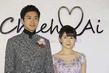台湾での結婚披露宴に合わせ、記者会見する卓球の福原愛選手(右)と江宏傑選手