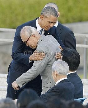 オバマ米大統領、広島訪問 森さん抱くオバマ氏【要事前申請(TV番組および新聞記事使用不可)】
