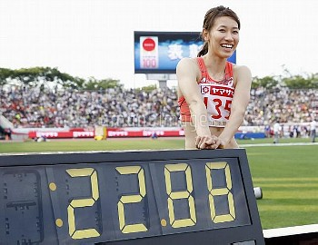 陸上日本選手権最終日 福島が掲示板前でポーズ【要事前申請(TV番組および新聞記事使用不可)】