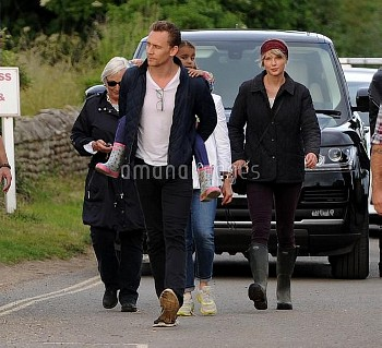 Taylor Swift, Tom Hiddleston,Taylor Swift And Tom Hiddleston Walk On Suffolk Beach 162022