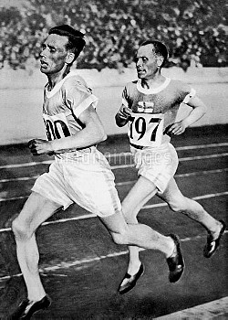 (L-R) Finland's Ville Ritola leads from teammate and eventual gold medallist Paavo Nurmi