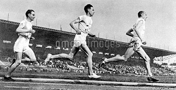 Sweden's Edvin Wide (r, bronze) leads from Finland's Ville Ritola (c, silver) and Paavo Nurmi (l, go