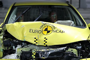 ユーロNCAPの衝突試験場 A Euro NCAP sign on the bonnet of a Honda Jazz after a crash test at Thatcham Research