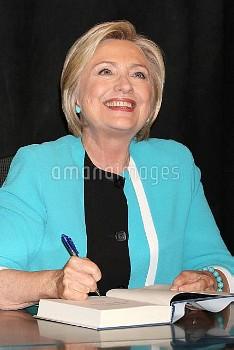ヒラリー・クリントン元米国務長官、回顧録発売でサイン会