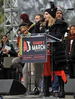 マドンナ、反トランプデモにサプライズで登場