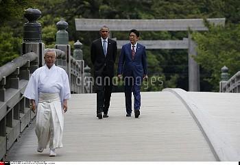 U.S. President Barack Obama (2nd R) talks with Japanese Prime Minister Shinzo Abe (R) on Ujibashi br