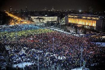 ルーマニア反政府デモ:色紙の国旗をスマホでライトアップ Thousands of people have made a huge flag using colored paper in blue, y