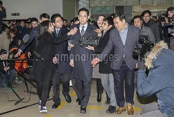 韓国特別検察、サムスン電子副会長の李在鎔氏を贈賄の疑いで事情聴取 South Korea: Samsung's Lee Jae-yong arrives at prosecutors' office
