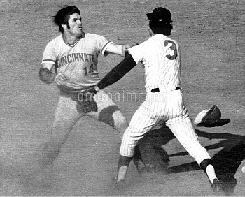 Cincinnati's Pete Rose is ready to battle New York's Bud Harrelson after bumping incident at second