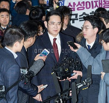 SEOUL, Jan. 12, 2017 Samsung Electronics Vice Chairman Lee Jae-yong receives interviews before quest