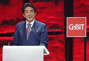 安倍首相とメルケル独首相がIT見本市「CeBIT」のオープニングイベントに参加