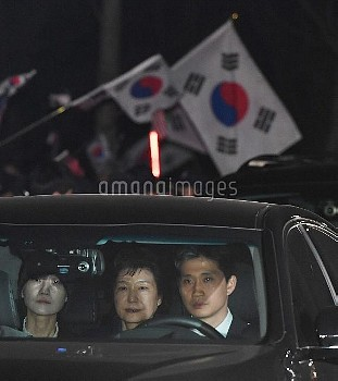 SEOUL, March 31, 2017  Former South Korean President Park Geun-hye (C) is transferred in a car from