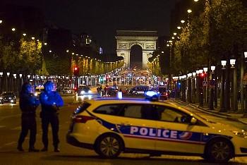 パリのシャンゼリゼ通りで銃撃事件 April 20, 2017 - Paris - Fusillade sur les Champs Elysees.
