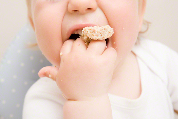 子どもの「遊び食べ」はどこまで止めさせたらいい?食べる楽しみとしつけの境界のタイトル画像