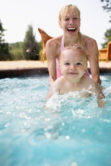 ベビースイミングとは?効果、注意点、男女別おすすめ水着のまとめ!のタイトル画像