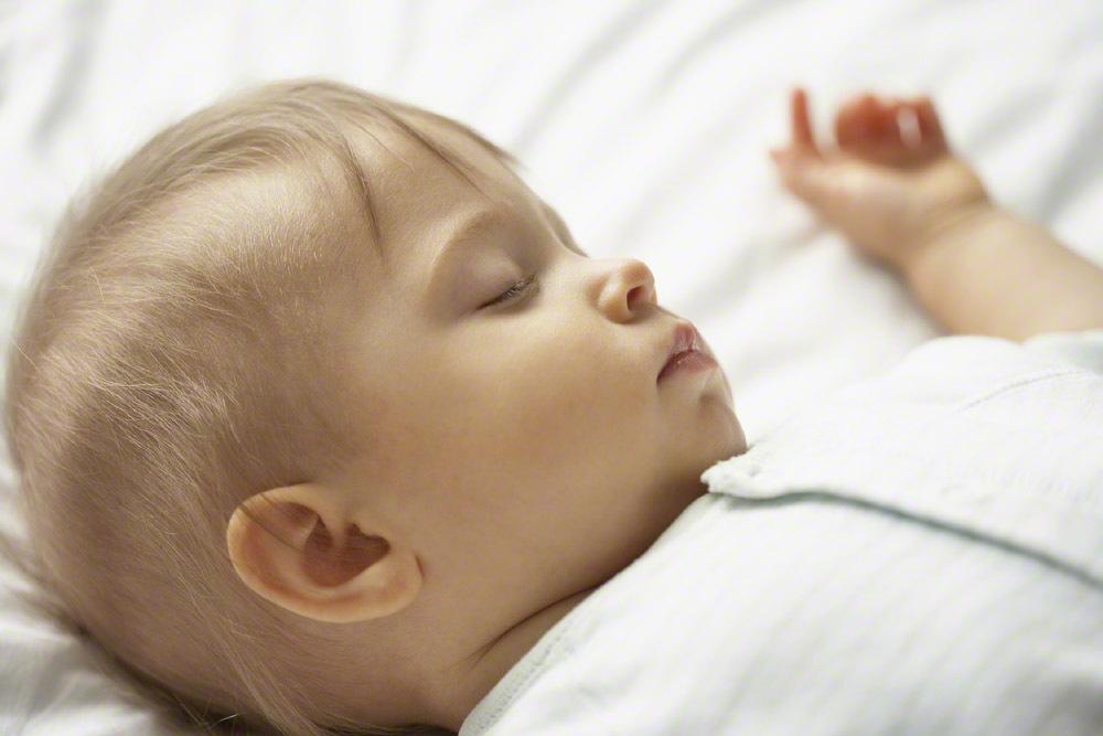 知っておきたい♪赤ちゃんを起こさず布団へおろすテクニックまとめのタイトル画像