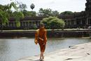 アンコールワットを散策する僧侶
