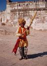 大道芸人の子供とメヘラーガル砦 ジュートブル インド
