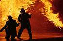 消火活動をする消防士のシルエット