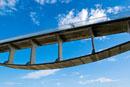 海岸に架かる自転車歩行者専用橋