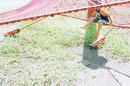公園遊具の赤いネットと子供