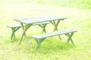 芝生の上のガーデンテーブルとベンチ