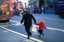 リージェントストリートを手をつないで歩く父親と子供 ロンドン