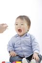 お父さんから食べさせてもらう赤ちゃん