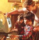パソコンを見る外国人親子
