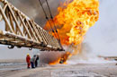 油井火災沈火に当たる消防士