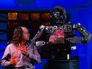 おもちゃで遊ぶ男性とロボット