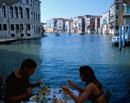 リアルトのレストランの外国人カップル ベニス イタリア