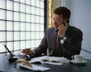 話す外国人ビジネスマンとパソコン