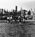 石畳で遊ぶ子供と廃墟のがれき ドイツ 1945年