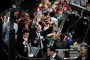 証券取引所で賑わう大勢のディーラー