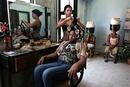 美容院でパーマをかける女性