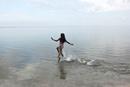 浜辺を走る少女
