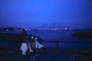 海辺のカップルとベスピオ山