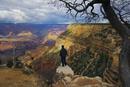 風景を眺める男性