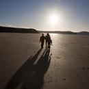 海岸を歩く人々のシルエット
