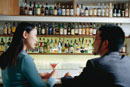 バーのカウンターに座る日本人カップル