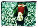 桜の花びらに寝転がる外国人女性