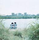 川岸に座る2人の野球少年 日本人