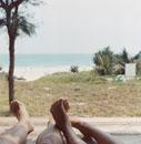 ビーチと男性と女性の足