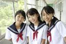 学校の廊下にいる中学生3人