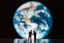 模型の地球儀とビジネスマン