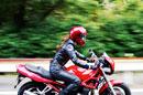 バイクで走る女性