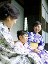 浴衣姿で縁側に座る祖母と母と女の子