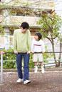 公園の鉄棒で遊ぶ父子